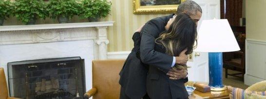 Obama-abraza-a-la-primera-cont_54418246493_51351706917_600_226