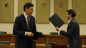 Madrid 24-02-2016 El Secretario General del Psoe Pedro Sanchez junto al Secretario General de Ciudadanos Albert Rivera firmando el acuerdo en el Congreso Juan Manuel Prats